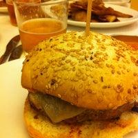 3/30/2013에 Esteban R.님이 La Castanya Gourmet Burger에서 찍은 사진