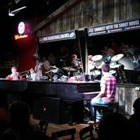 Foto tomada en Shout House Dueling Pianos por Amanda N. el 6/14/2013
