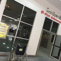 Foto tirada no(a) ตึกนวมินทราชินี โรงพยาบาลจุฬาลงกรณ์ por A_Oup em 11/3/2017