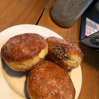 Foto scattata a General Porpoise Coffee & Doughnuts da Amy C. il 11/9/2018