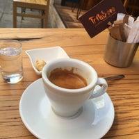 Photo prise au Tribu Caffe Artigiano par Çağla T. le9/6/2015
