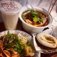 Foto tomada en Xi'an Famous Foods por Zeus W. el 4/25/2013