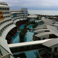 Foto tirada no(a) Cornelia Diamond Golf Resort & Spa por Bülent K. em 3/8/2013