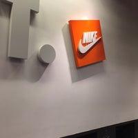 Foto tirada no(a) Nike Factory Store por Ana Paula T. em 3/10/2016