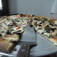Foto tomada en Yellow Brick Pizza por C. T. el 5/19/2013