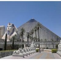 รูปภาพถ่ายที่ Luxor Hotel & Casino โดย Teddy M. เมื่อ 6/10/2013