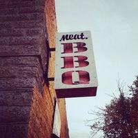 Foto tomada en Meat. Southern B.B.Q. & Carnivore Cuisine por Sarah L. el 10/12/2013