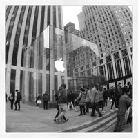 Foto scattata a Apple Fifth Avenue da Jatupoom M. il 11/1/2012