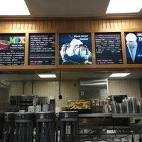 Das Foto wurde bei Braum's Ice Cream & Dairy Store von Margie K. am 4/28/2016 aufgenommen