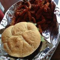 Das Foto wurde bei Burger Shoppe von Tushar B. am 5/29/2013 aufgenommen