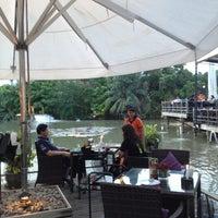 7/14/2013 tarihinde Lookllws H.ziyaretçi tarafından Waterside Resort Restaurant'de çekilen fotoğraf