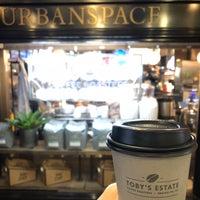 Foto tomada en Toby's Estate Coffee por Hannah K. el 10/4/2018