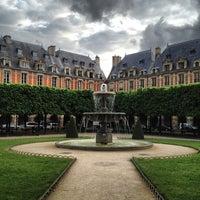 Das Foto wurde bei Place des Vosges von Sarah Jane am 5/10/2013 aufgenommen