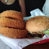 Das Foto wurde bei Pit's Burger von pedro p. am 3/24/2015 aufgenommen