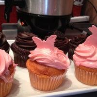 Das Foto wurde bei One Cup Two Cupcakes von onecuptwocupcakes am 8/17/2012 aufgenommen