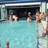 Das Foto wurde bei The Float Pool And Patio Bar von Kris L. am 5/18/2012 aufgenommen