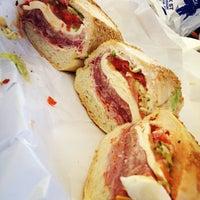 Foto tomada en Faicco's Italian Specialties por Jon S. el 5/10/2013