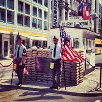 Das Foto wurde bei Checkpoint Charlie von Vincent C. am 7/14/2013 aufgenommen