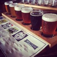 Foto tomada en Cinder Block Brewery por Robert R. el 9/27/2013
