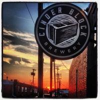 Foto tomada en Cinder Block Brewery por Robert R. el 9/28/2013