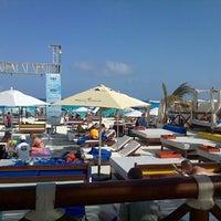 Das Foto wurde bei Forum Beach Club von Luisa H. am 4/1/2013 aufgenommen