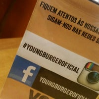 Foto tirada no(a) Young Burger por Adriano R. em 3/24/2016
