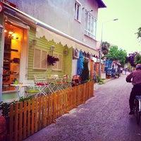 Das Foto wurde bei Büyükada Şekercisi Candy Island Cafe Patisserie von Yalçın Y. am 5/21/2015 aufgenommen
