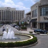 Foto tomada en North Hills Shopping Center por North Hills Shopping Center el 8/15/2013
