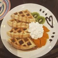 Foto diambil di Berry Yummy Italian Yogurt oleh April Jane M. pada 10/24/2015