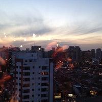Das Foto wurde bei Small Talk Cafe von Fernanda G. am 10/10/2013 aufgenommen