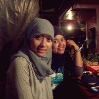 Foto diambil di Angkringan Nasi Bakar oleh Adelia M. pada 7/22/2014