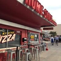 Foto tomada en Home Slice Pizza por Dat L. el 4/26/2012