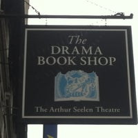 Das Foto wurde bei Drama Book Shop von 🚍Bill🚍 V. am 5/20/2013 aufgenommen