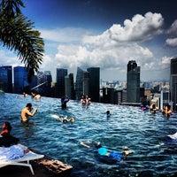 10/1/2013 tarihinde Andrey P.ziyaretçi tarafından Rooftop Infinity Pool'de çekilen fotoğraf