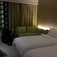 Foto tirada no(a) Traders Hotel por Michael S. em 11/8/2012