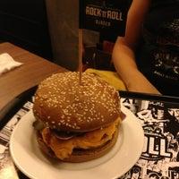 Foto tirada no(a) Rock 'n' Roll Burger por Karina C. em 3/31/2013