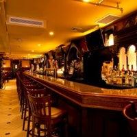 Foto tirada no(a) Hurley's Saloon por NYCRestaurant .. em 6/2/2013