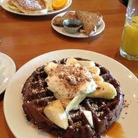 3/4/2013 tarihinde Emily Y.ziyaretçi tarafından Plums Cafe and Catering'de çekilen fotoğraf