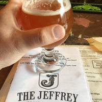 Photo prise au The Jeffrey Craft Beer & Bites par James T. le5/22/2015