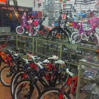 รูปภาพถ่ายที่ Bicicletas Flirg โดย Ricardo P. เมื่อ 12/22/2012