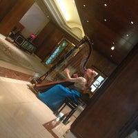 Foto scattata a Jumeirah Carlton Tower da Keti S. il 7/10/2013