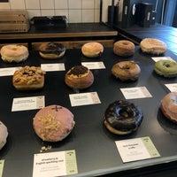 Das Foto wurde bei Crosstown Doughnuts & Coffee von Ghadeer am 6/19/2019 aufgenommen