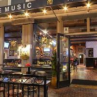 Foto tirada no(a) Henry's Pub & Restaurant por Henry's Pub & Restaurant em 12/11/2015