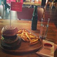 Foto tirada no(a) Beeves Burger & Steak house por Esma A. em 6/24/2014