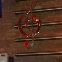 Das Foto wurde bei Jolly's American Beer Bar & Dueling Pianos von Liz L. am 9/5/2013 aufgenommen