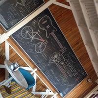 12/9/2013 tarihinde Yenal A.ziyaretçi tarafından Blackboard Cafe & Bar'de çekilen fotoğraf