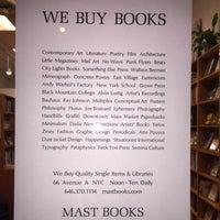Foto tirada no(a) Mast Books por Ezra B. em 9/18/2016