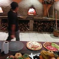 Foto diambil di Famosa Pizza oleh Augusto C. pada 10/14/2014