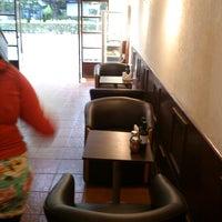 รูปภาพถ่ายที่ El Emporio del Barrio โดย Héctor P. เมื่อ 12/4/2012