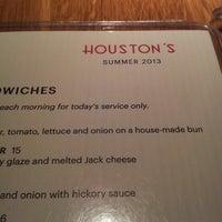 Das Foto wurde bei Houston's Restaurant von Richard C. am 7/13/2013 aufgenommen